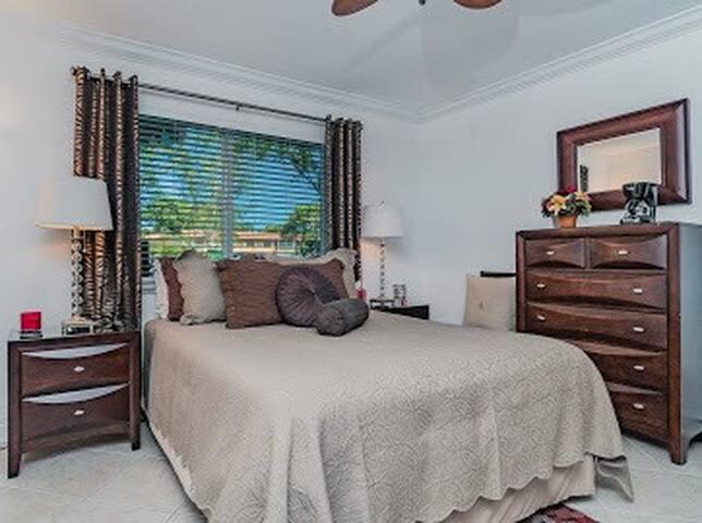 COZY,CLEAN, QUIET BEDROOM WITH PRIVATE BATH.