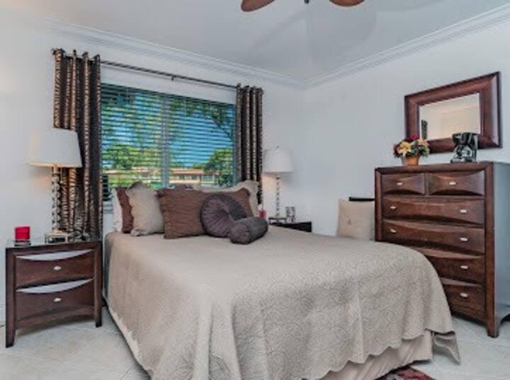 COZY EXTRA CLEAN QUIET BEDROOM W/ PRIV BATH & PARK