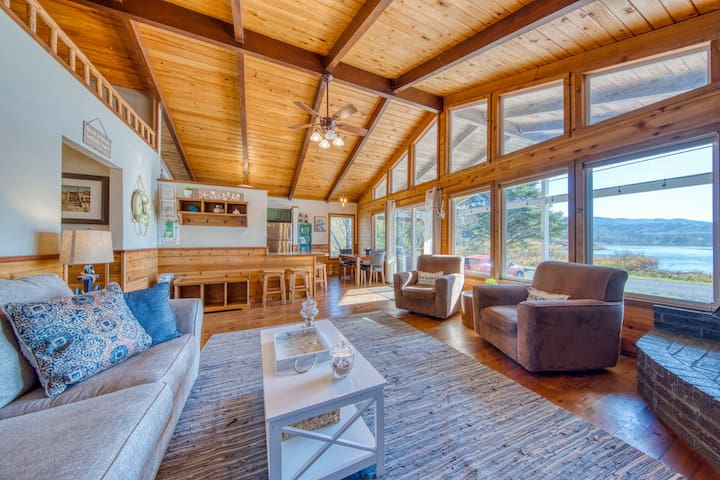 Rustic waterfront woodland lodge w/ impressive lake views from patio!