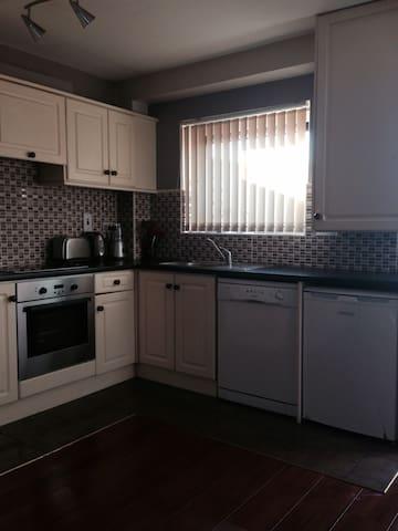 Beautiful, 2 double bedroom duplex - Cork - Casa