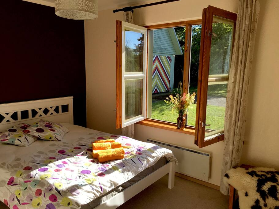 Bedroom nr 1 with queen size bed, Magamistuba nr 1 (kaheinimese voodiga)