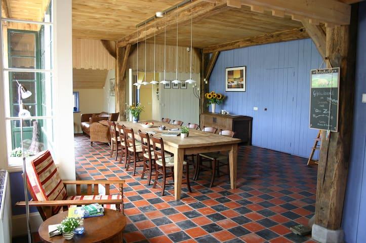 De huiskamer is 65 m2 groot met een 3,5 m lange tafel.