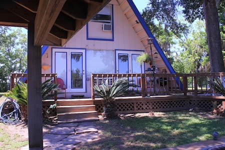 Cozy Getaway Lakefront Cottage  - Livingston - Casa