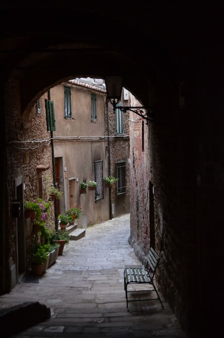 Scorcio del vicolo che conduce all'appartamento/view of the small street in the way to the flat