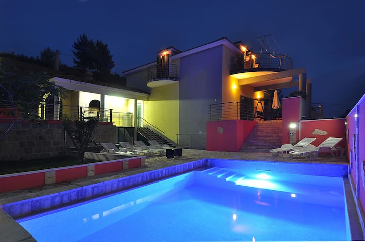Villa Marta with pool - Solin - Vila