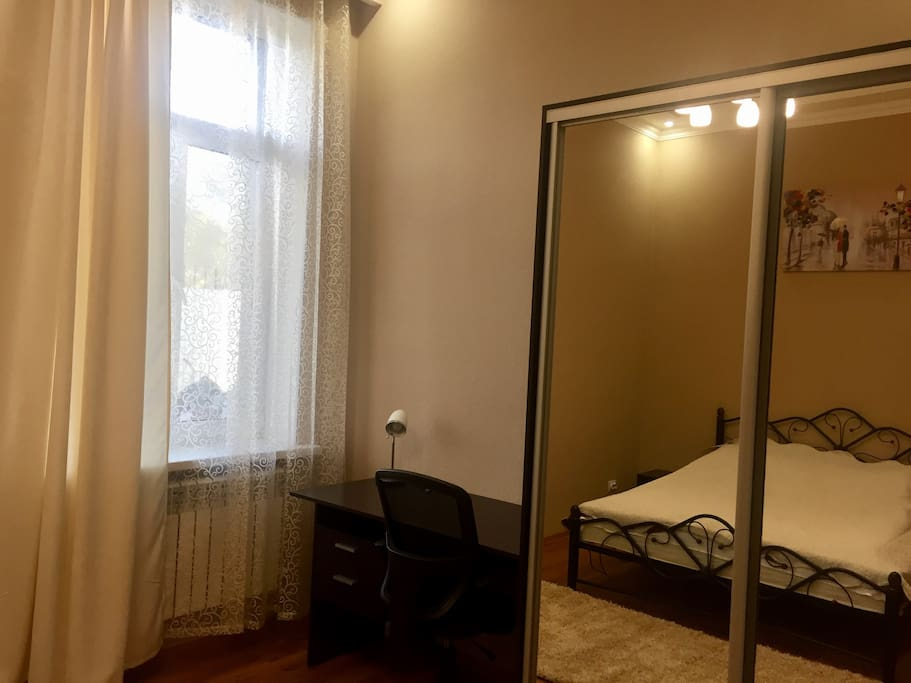 Рабочий стол и шкаф-купе с спальной комнате