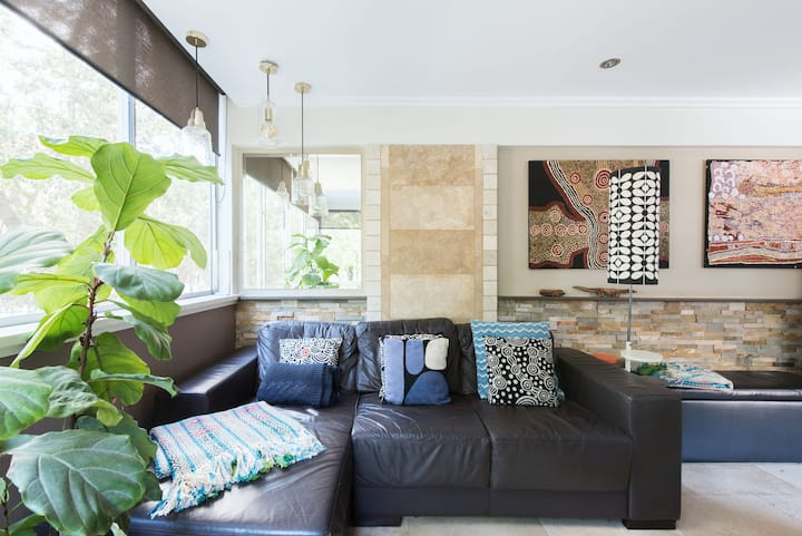 Stylish, Modern Retreat in Central Sydney with Car Space