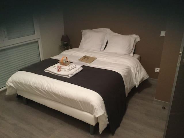 Grande chambre confortable + salle de bain - Buros - Ev