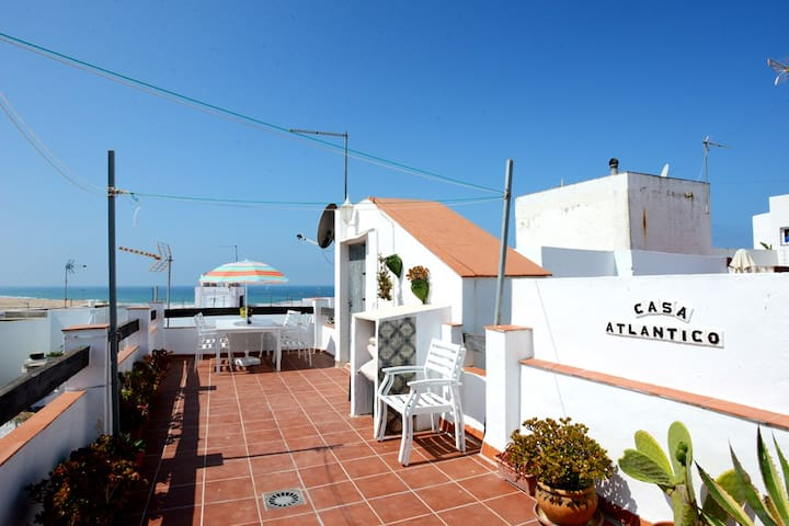 Eget hus med privat takterrass 250m till stranden