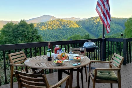 Grandfather view, 4500FT, 3BR, 100mb wifi, WD, A/C