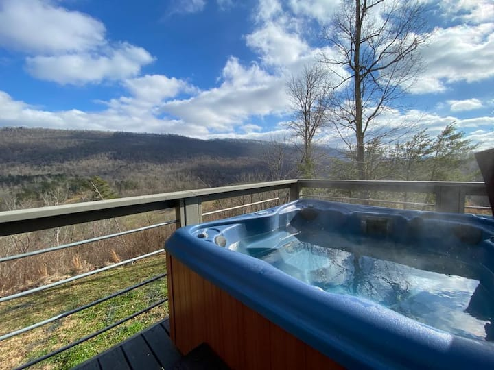 NEW - Treetop Retreat- Cabin in the foothills - Views, Hot Tub, Game Room