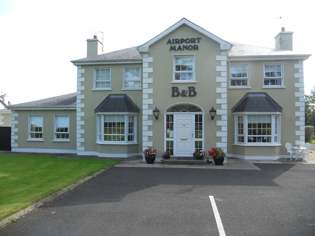 Airport Manor B&B. Double Bed x 1 & Single Bed x 1 - Shannon Town