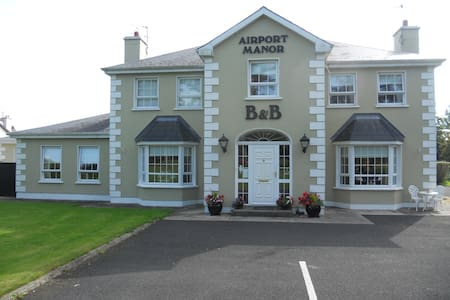 Airport Manor B&B. Double Bed x 1 & Single Bed x 1 - Shannon Town - Bed & Breakfast