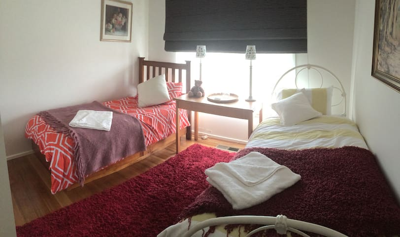 Twin beds, secure, close to transport and cafes. - Vermont