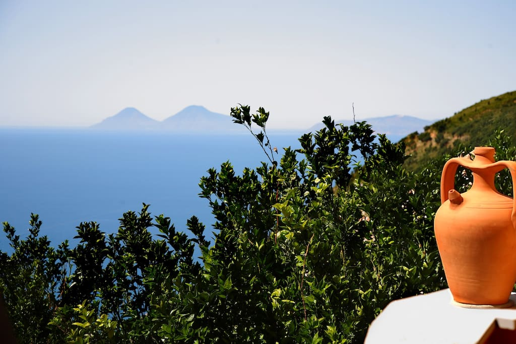 l'isola di Salina vista dal terrazzo