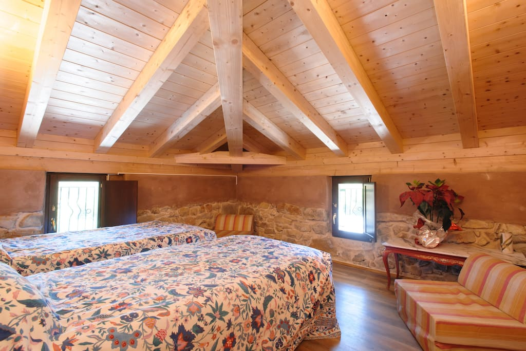 Corner room with low attic ceiling - ideal for kids