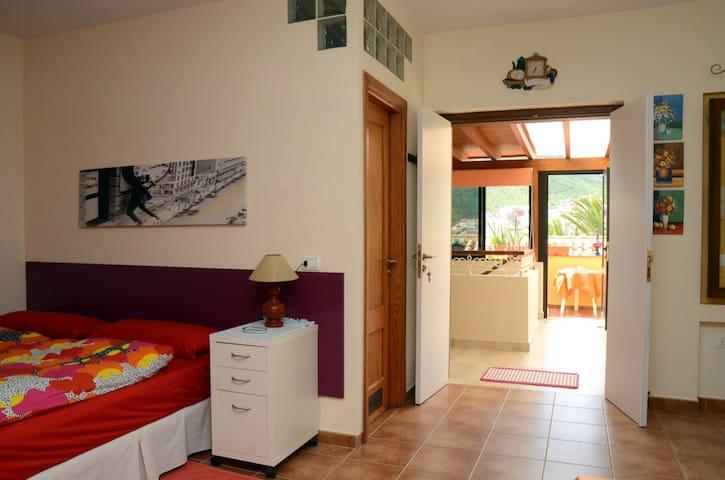 Espacio del dormitorio, Al fondo, la terraza.