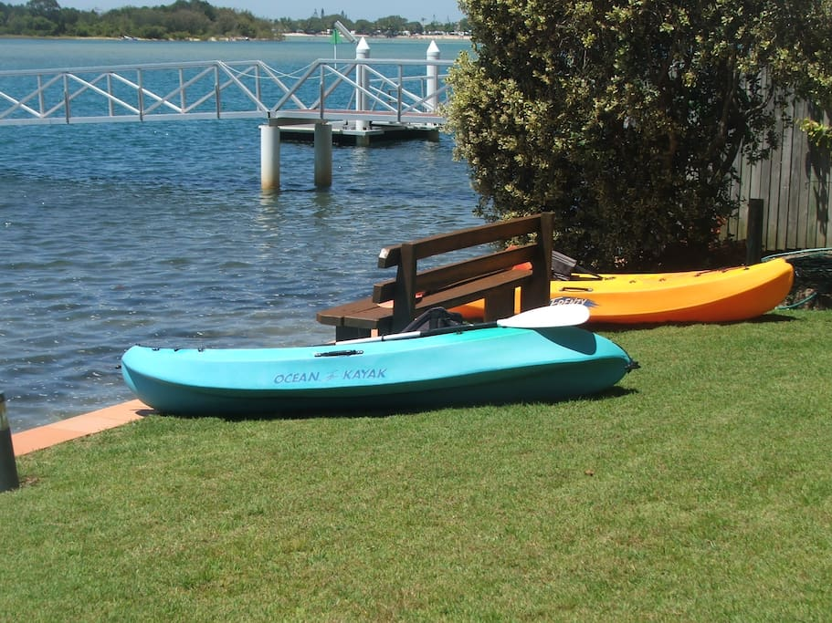 Lawns and gardens right to the waters edge - Kayak and explore the river.