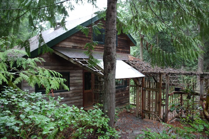 Daisy Hill Cottage, 654 Burrill Rd - Galiano Island - Chatka