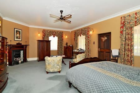 Maslin Bedroom with Queen size bed very comforatble