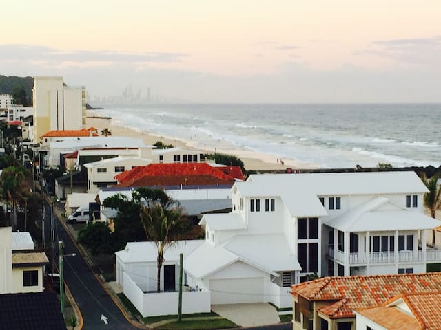 View from balcony north to Surfers in the distance far enough away from the hustle and bustle but still close enough when you want to go to take in the tourist attractions. Enjoy Jefferson lane luxury homes and daily activities or surfers, dog walkers, joggers ...