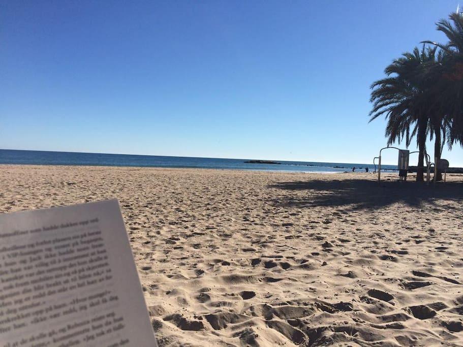 Stranda er uendelig lang med myk og hvit sand