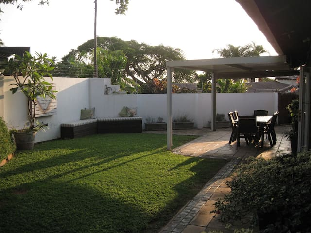 Comfortable home with neat garden - Durban North - Rumah