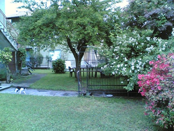Casetta con giardino vista lago