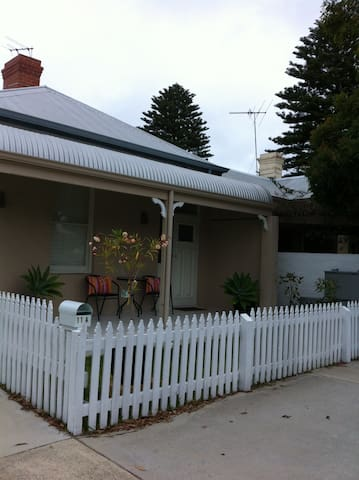 The Cottage. Funky style, renovated - North Fremantle - Maison