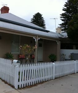 The Cottage. Funky style, renovated - North Fremantle