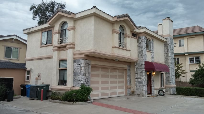 Spacious House in Lovely Foothills!