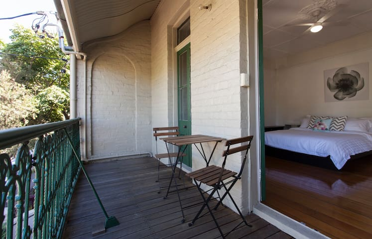 Inner City w Private Balcony! - Newtown - Rumah