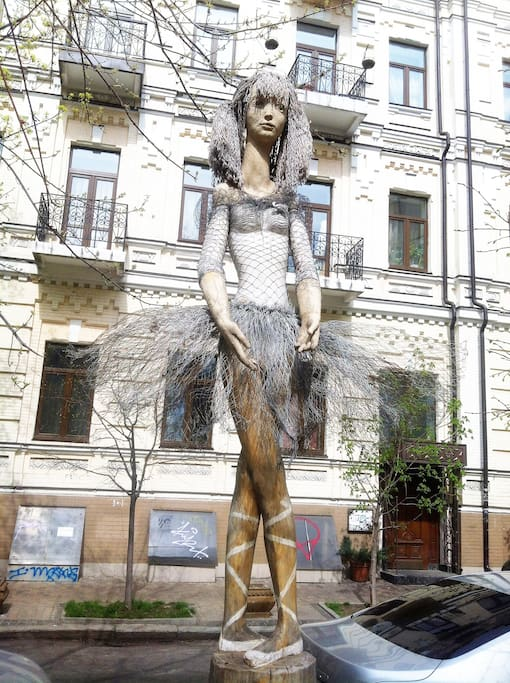 балерина возле подъезда
