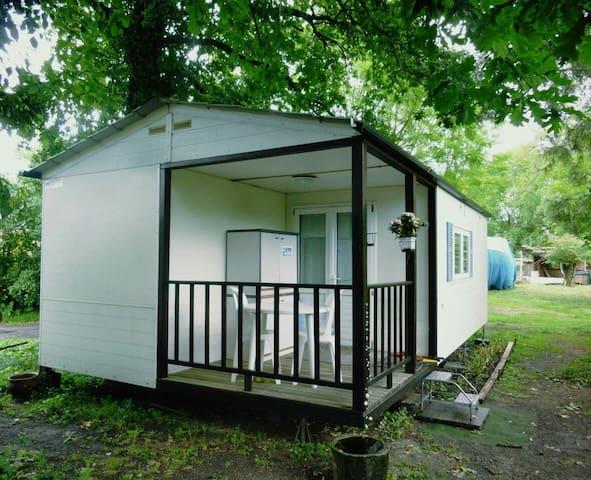 Mobile home au bord d'un etang