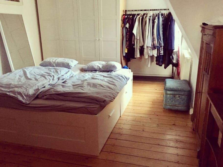 Schlafzimmer mit einem 1,80m breiten Bett