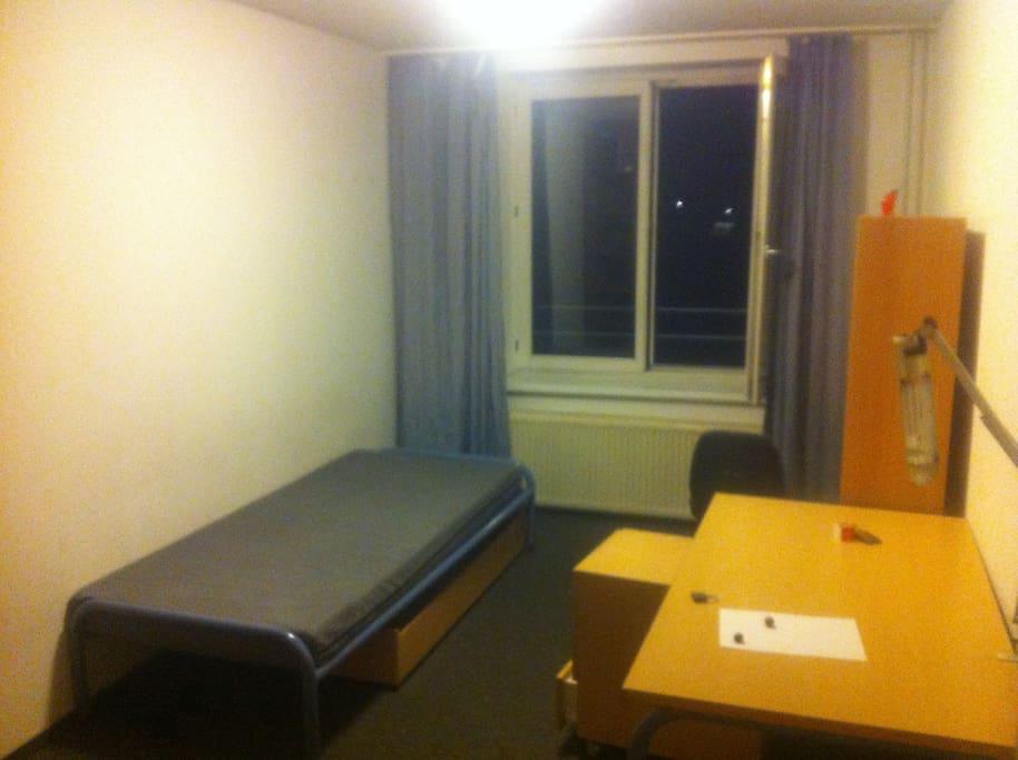 Schlafzimmer(Bettwäsche kommt später)/Sleeping Room(Bedding coming soon)