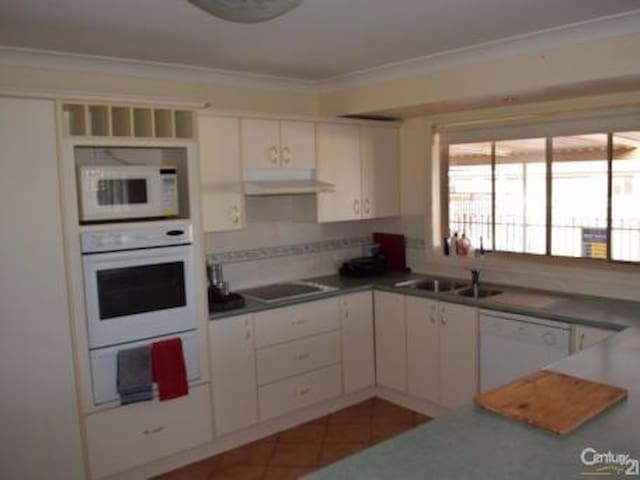 1 bedroom in 4 b/r home - with pool - Parkes - Casa