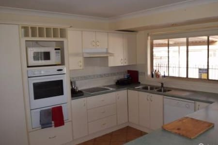 1 bedroom in 4 b/r home - with pool - Parkes - Haus