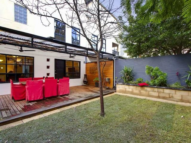 Modern, three storey house near CBD - Norwood