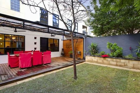 Modern, three storey house near CBD - Norwood - Ev