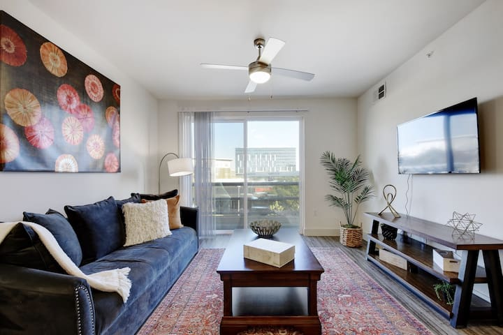 Luxury 2 BR  Apartment at the Domain