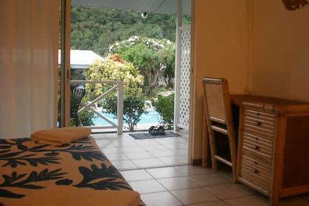 Studio + terrasse, piscine, jardin - Puna'auia - Bed & Breakfast