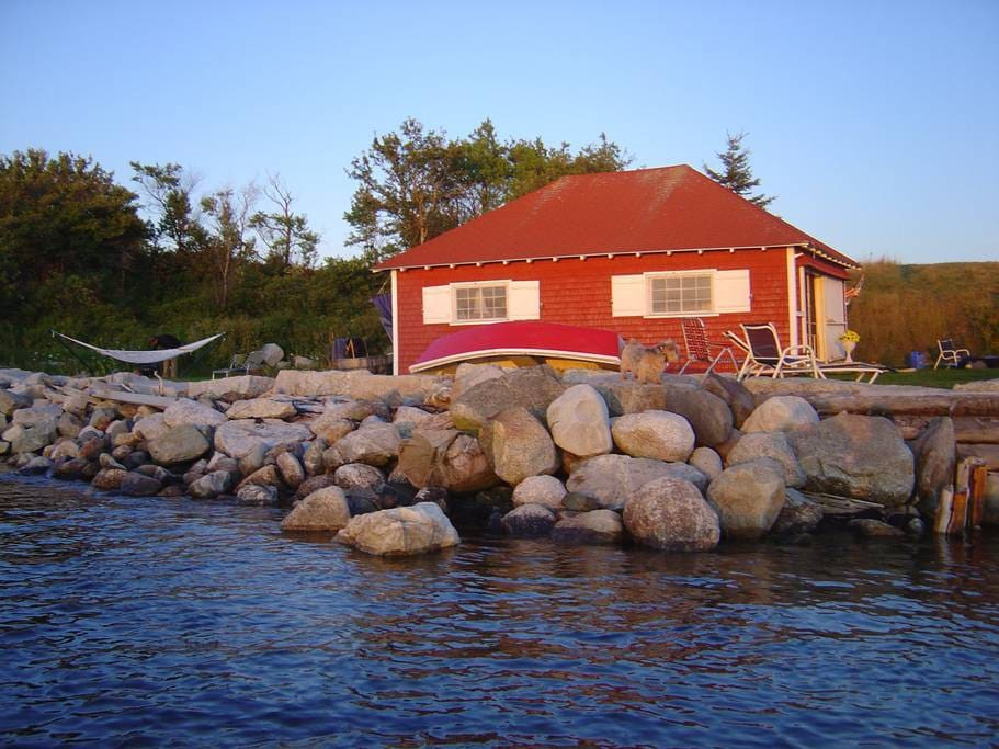 The Boat House Cottage, sleeps 2, totally surrounded by water, Glamping, Sunsets, Views