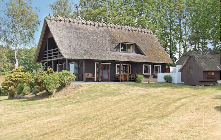 Holiday cottage with 4 bedrooms on 142 m² in Asperup
