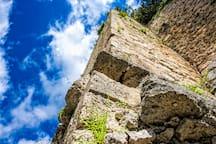 Particolare delle mura del castello che circondano il giardino della casa