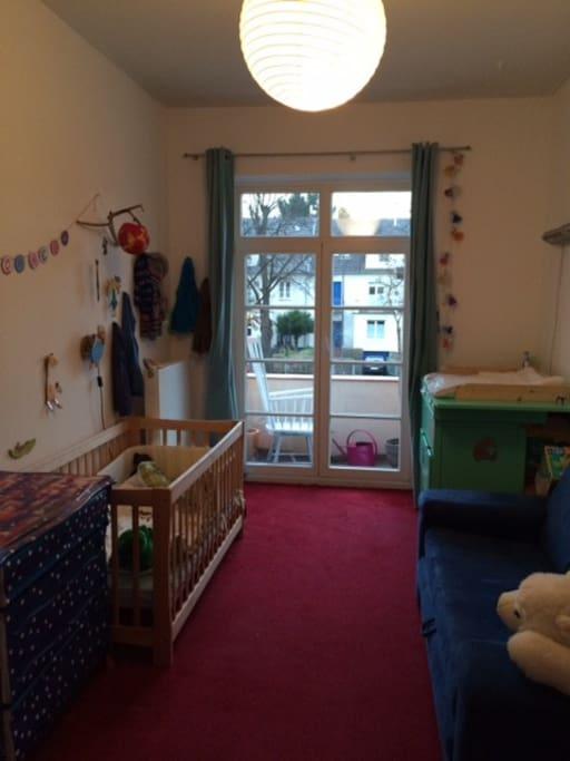 Das Kinderzimmer mit kleinem Balkon, hier gibt es 1 Schlafcouch