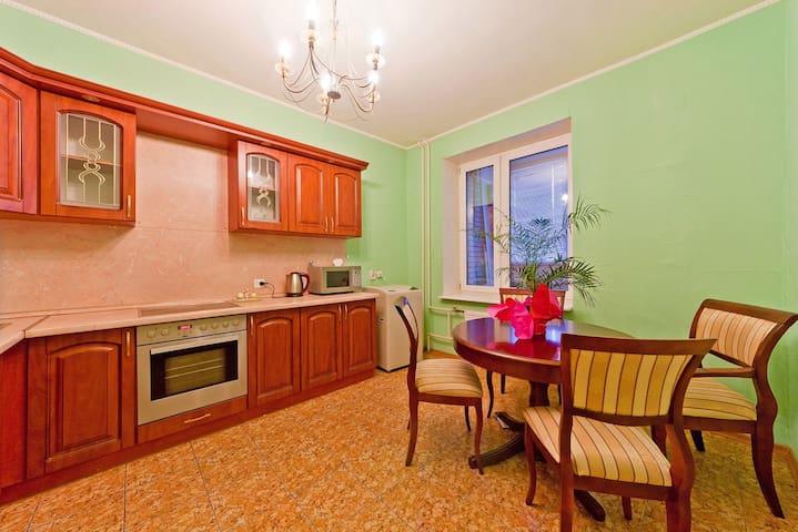 Светлая уютная квартира для большой компании.