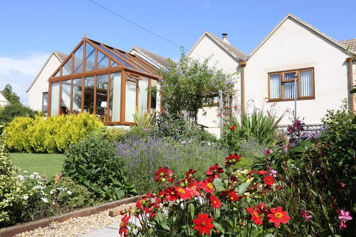 Rose Briar Bungalow, private garden, summer house - Burcombe