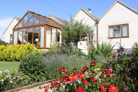Rose Briar Bungalow, private garden, summer house - Burcombe - Bungalo