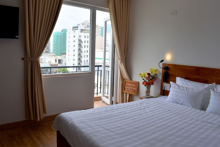 Breezy Double-Bed Apartment w. Sofa Steps to Beach